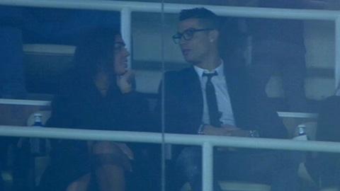 Ronaldo dua bo moi den xem Real thi dau hinh anh