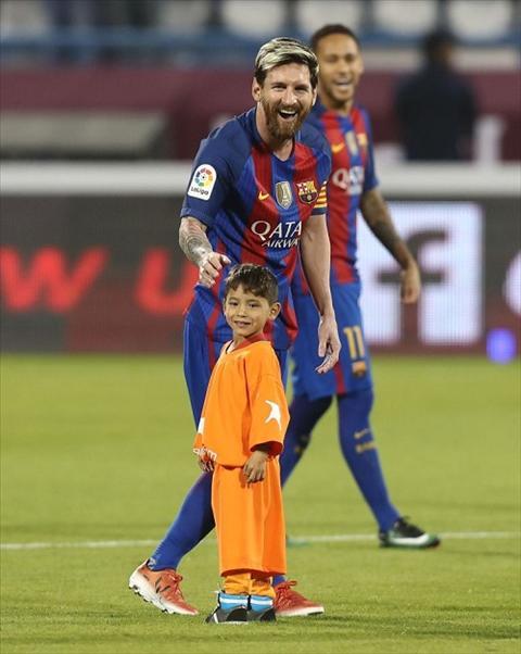 Cau be mac ao rac gap than tuong Messi hinh anh
