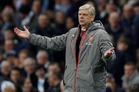 Wenger Ozil lam mat toi them nhieu nep nhan hinh anh
