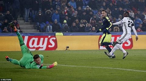 Du am Basel 1-4 Arsenal Cai duyen cua Lucas Perez hinh anh