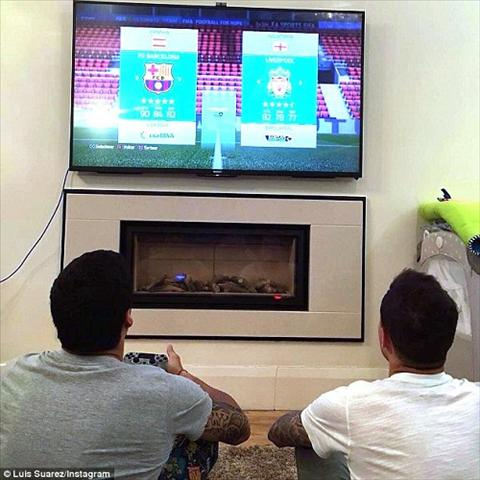 Suarez khoe anh day Coutinho choi game FIFA 16 hinh anh