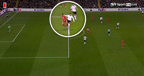 Tranh cai xung quanh quyet dinh thoi 11m o tran Liverpool 2-0 MU hinh anh