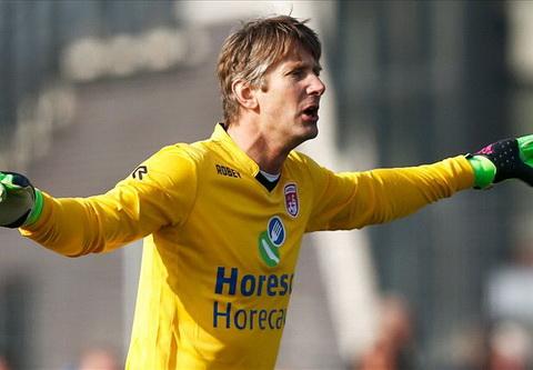 Huyen thoai MU Van der Sar tai xuat an tuong o tuoi  45 hinh anh