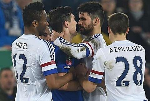 Diego Costa bi nghi la da can Gareth Barry