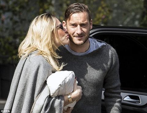 Francesco Totti chao don con thu ba ra doi hinh anh