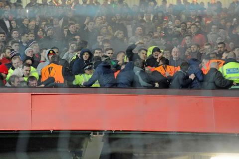 Fan MU au da danh nhau voi CDV Liverpool tren khan dai Old Trafford hinh anh 3