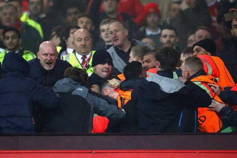 Fan MU au da danh nhau voi CDV Liverpool tren khan dai Old Trafford hinh anh 6