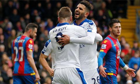 Mahrez chia vui voi Jamie Vardy sau ban thang quy gia mang ve ba diem cho Leicester. Anh: AFP.