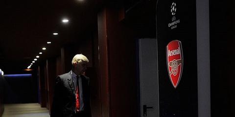 Wenger dang bi phan boi hay chinh la ke phan boi hinh anh 2