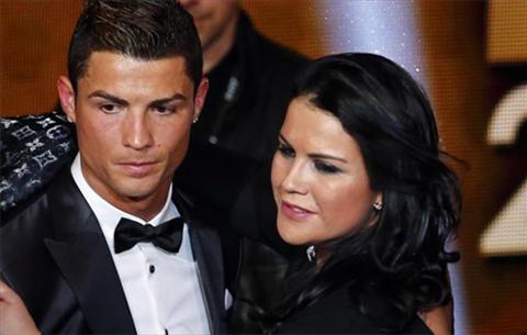 Chi gai Ronaldo cham choc Pique sau tran cau Sieu kinh dien hinh anh