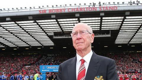 Sir Bobby Charlton rung rung nuoc mat trong ngay tri an tai san Old Trafford.