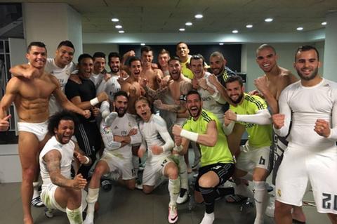 Nhung cau hoi vui dang sau hinh anh Ronaldo coi sach do an mung hinh anh