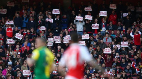 Bieu ngu phan doi Wenger tran ngap cac khan dai trong tran thang 0-1 khi gap Norwich.