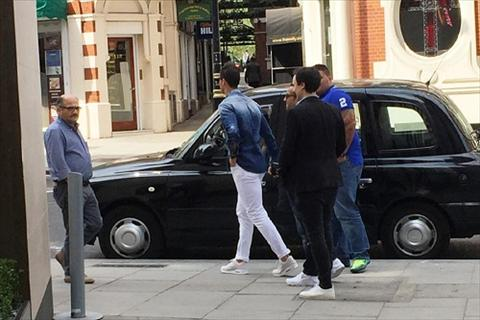 Nghi van Ronaldo bat ngo xuat hien o London hinh anh