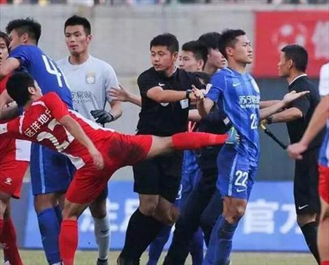 Chelsea cua Trung Quoc dinh vao mot vu au da khoc liet tren san co hinh anh