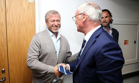 Ong chu Roman Abramovic gap lai HLV Claudio Ranieri, nguoi ma ong tung sa thai.