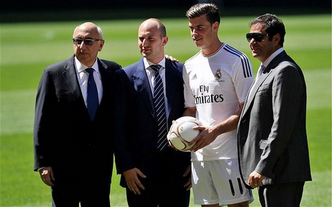 Jonathan Barnett (dau tien ben trai) la nguoi dong vai tro lon trong thuong vu chuyen nhuong ky luc cua Gareth Bale