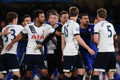 Cau thu Chelsea va Tottenham doi tan nhau khi tieng coi man cuoc vang len.