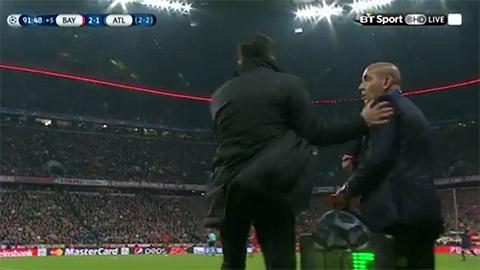 HLV Simeone thang tay danh... cong su o Atletico tai tran thua Bayern