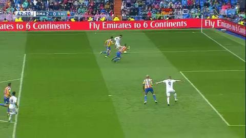 Ban thang trong tu the viet vi cua Benzema tran Real 3-2 Valencia