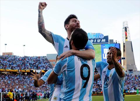 Messi va Higuain cung toa sang trong tran tu ket. Anh: Reuters
