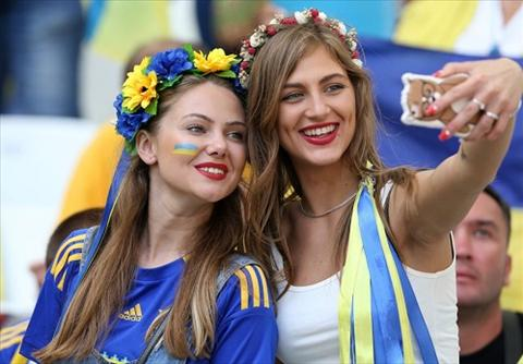 Gai xinh Ba Lan va Ukraine khoe eo nuot tren khan dai hinh anh 2