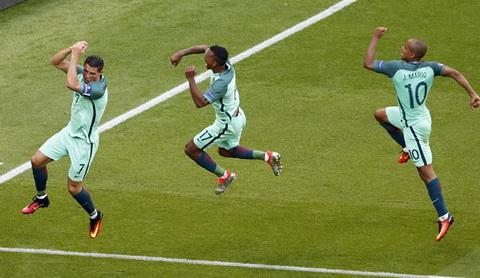 Gop cong dau giup doi nha di tiep nhung Ronaldo co ly do de khong vui. Anh: Reuters. Ronaldo mung ban thang dau tien tai Euro 2016 cung Nani va Joao Mario. Anh: Reuters.