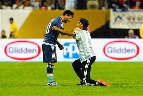 Fan cuong quy lay ton Messi nhu Thanh hinh anh