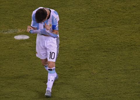 Messi va cac dong doi mot lan nua thua Chile trong loat luan luu, va lan nay anh la mot trong 2 nguoi da hong cua Argentina