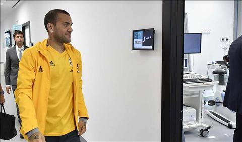 Alves den kiem tra y te o Juventus
