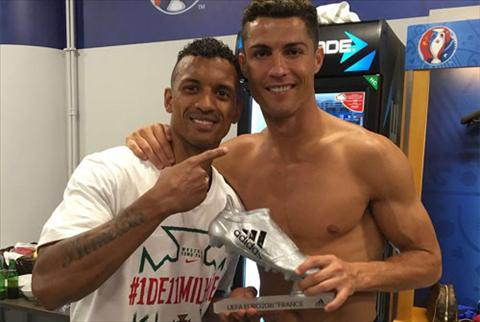 Ronaldo tang dong doi Nani Chiec giay Bac Euro 2016 hinh anh