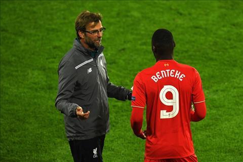 Tien dao Christian Benteke se trung phat Liverpool hinh anh