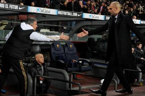 Guardiola khang dinh se bat tay Mourinho o tran derby Manchester hinh anh