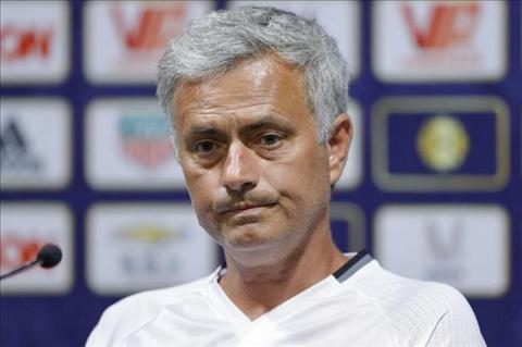 Mourinho chap nhan gach da tu huyen thoai Man Utd hinh anh