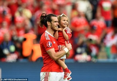 UEFA cam sao xu Wales mang con vao san dau hinh anh
