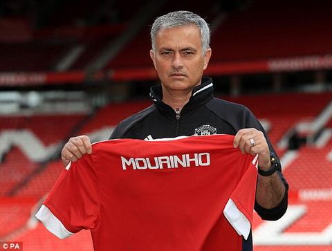 Vi Mourinho, hang loat sao MU duocbi nang cap so ao hinh anh