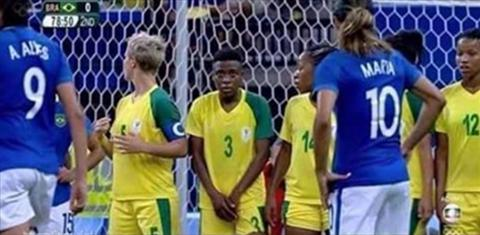Nu cau thu gay sot Olympic vi lay tay che  vung kin khi lam hang rao hinh anh