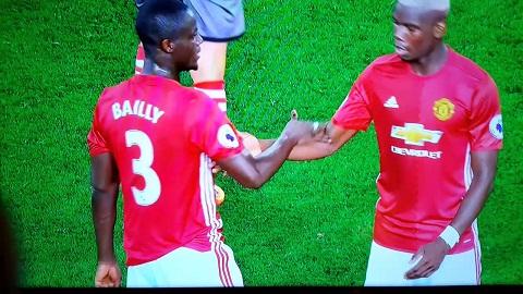 Hull City 0-1 MU Su tuong phan giua Bailly va Pogba hinh anh 3