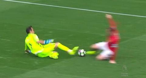 Doi nha thua tran derby, fan MU doi penalty hinh anh