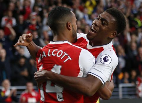 Alex Iwobi va Theo Walcott thi dau noi bat trong chien thang cua Arsenal. Anh: Reuters
