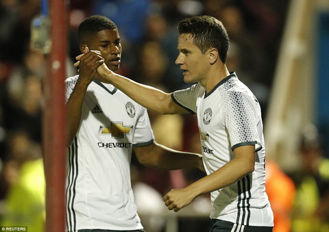 Huyen thoai MU keu goi Mourinho dung ca Rashford va Rooney hinh anh