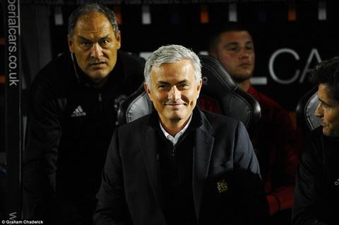 Nu cuoi cua Jose Mourinho giua thang ngay giong bao