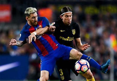 Messi (trai) phai roi san giua tran do chan thuong. Anh: Reuters