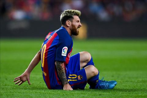 Messi dinh chan thuong trong dai chien voi Atletico hinh anh