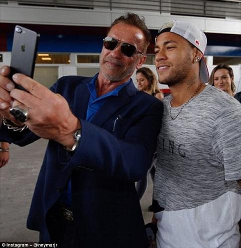 Neymar phan khich chup anh tu suong voi Ke huy diet hinh anh 2