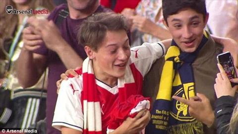 Fan nuc no vi duoc Mesut Ozil tang ao dau hinh anh 2