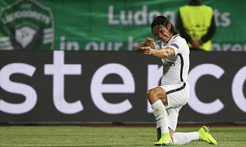 Cavani toa sang mang lai su khac biet cho PSG trong chuyen sang Bulgaria. Anh: Reuters.