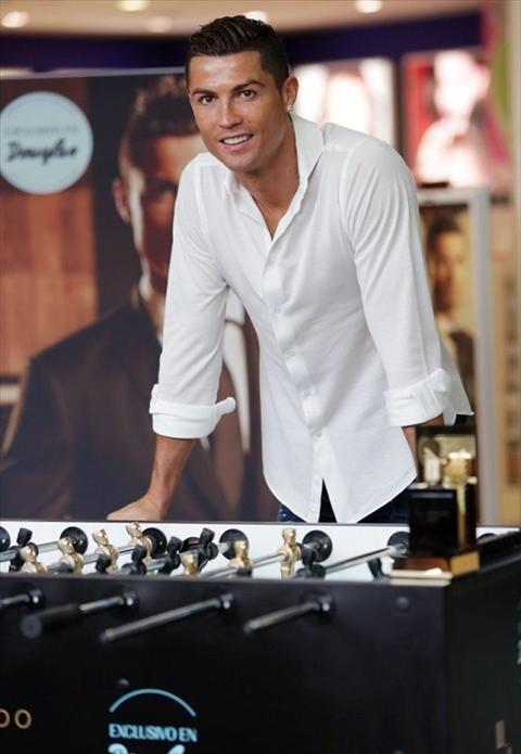 Ronaldo ra mat nuoc hoa ngay truoc ngay tai xuat hinh anh 3