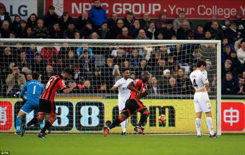 Tong hop Swansea 0-3 Bournemouth (Vong 19 NHA 201617) hinh anh