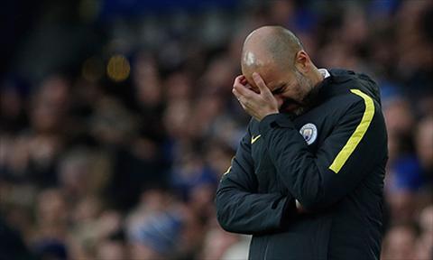 Guardiola khong giau su chan chuong va tuyet vong khi chung kien Man City sup do de dang truoc Everton. Anh: Reuters.